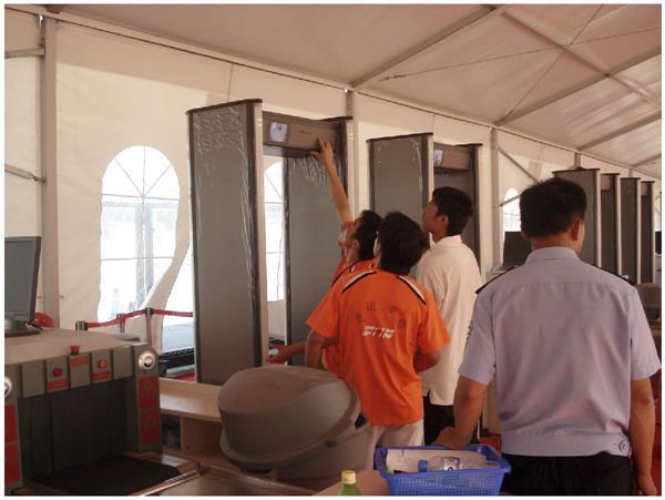 掌门神工作人员安装金属探测安检门